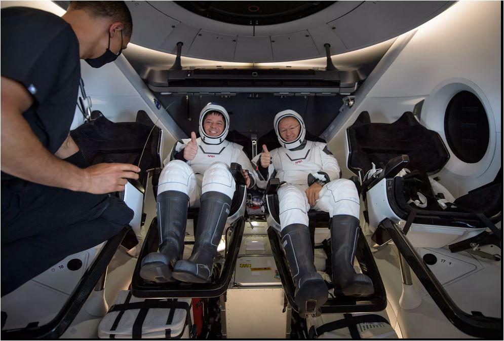 Astronautas da primeira missão tripulada da SpaceX retornaram à Terra