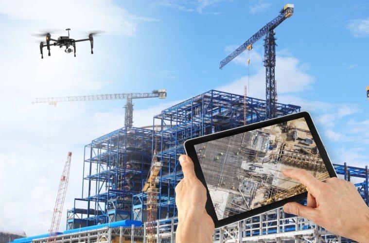 ilustração de mão segurando tablet e visualizando obra com drone na construção civil