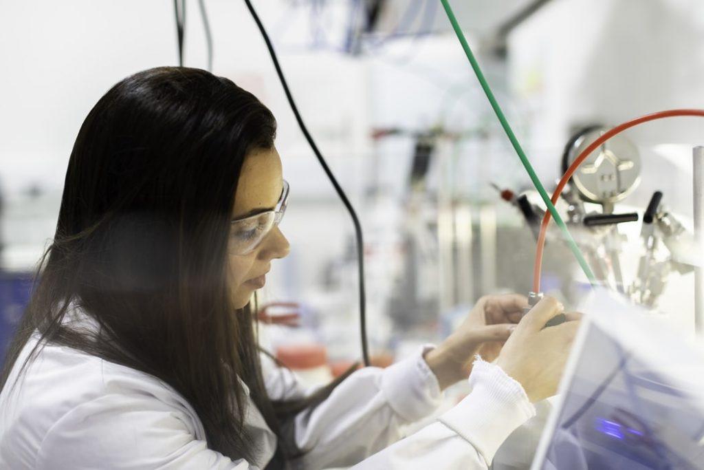 mulher engenheira trabalhando em laboratório ilustrando estudar engenharia