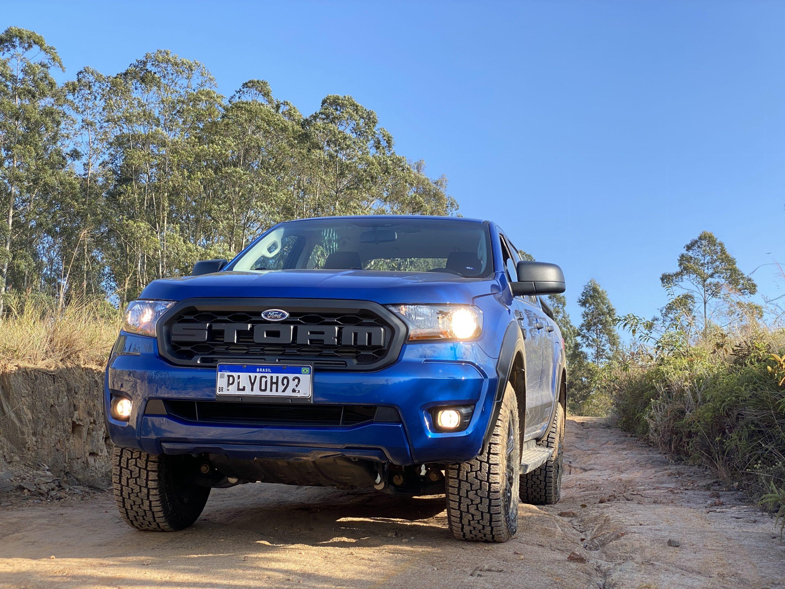 dianteira da Ford Ranger Storm na cor azul em estrada de terra