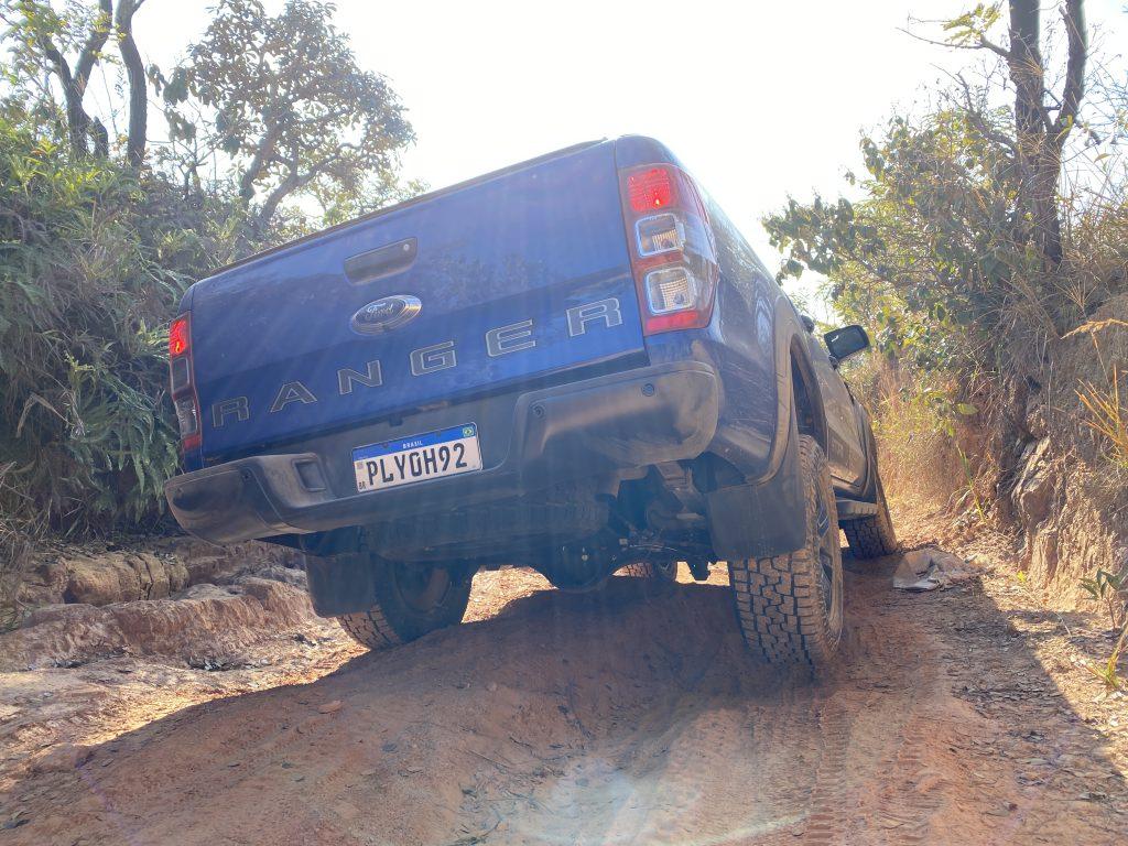 traseira da Ford Ranger Storm na cor azul em estrada de terra