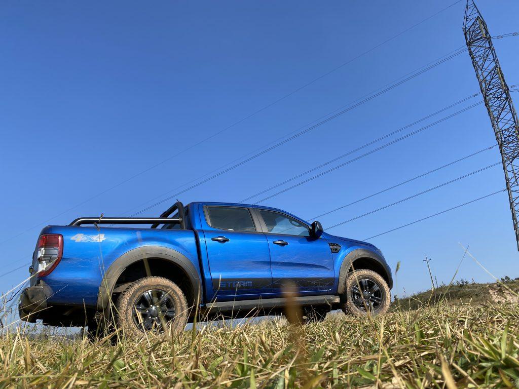 Ranger Storm na cor azul em área aberta sobre mato
