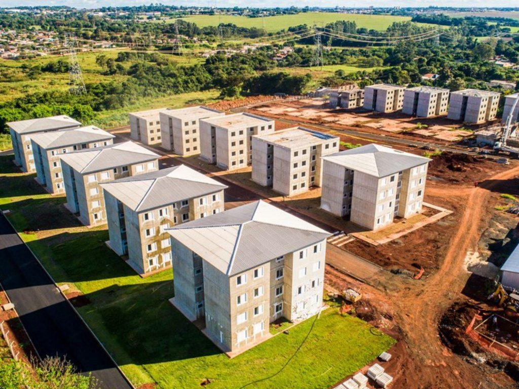 Vista aérea de conjunto habitacional de apartamentos.
