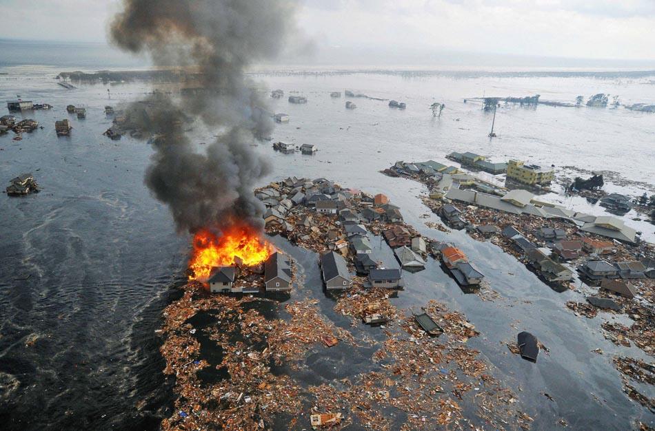 Vista aérea da cidade de Natori, no Japão, com destroços e alamento após tsunami de 2011.
