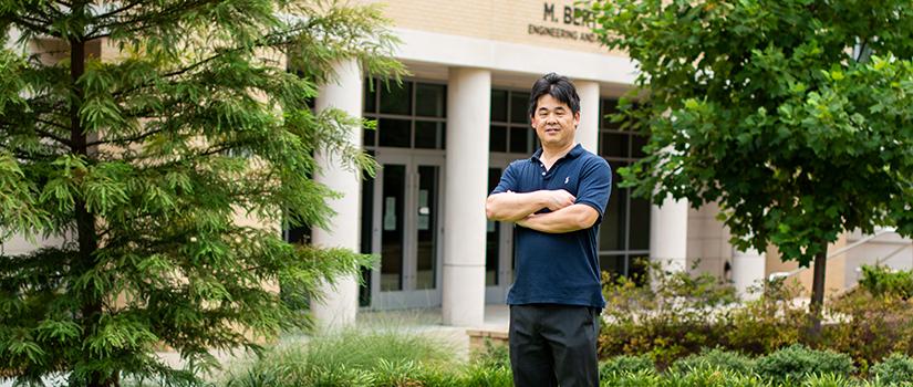 Professor Jianjun Hu da University of South Carolina em frente ao prédio de engenharia da universidade