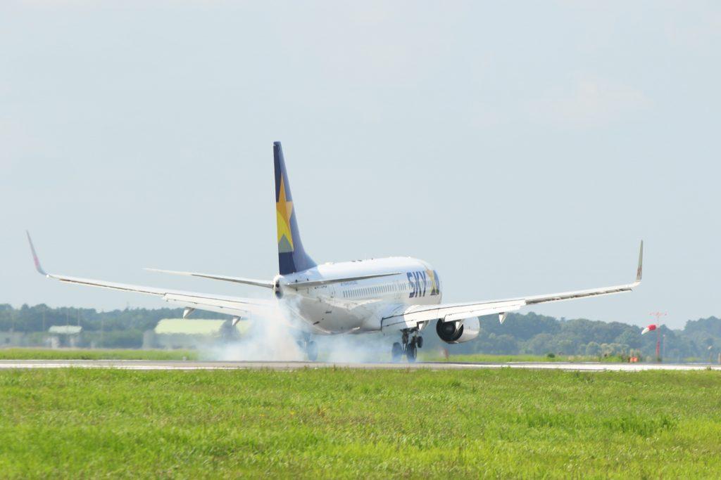 avião decolando na pista