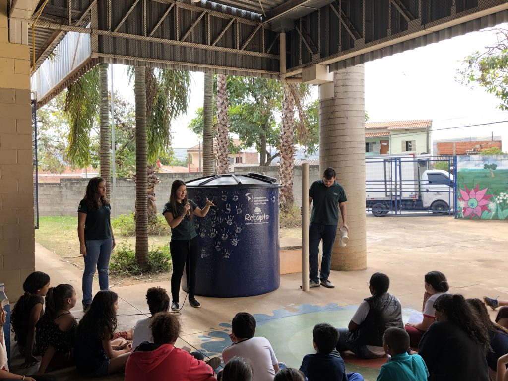 Jovens reunidos em Projeto RECAPTA dos Engenheiro sem Fronteiras, um projeto de voluntariado