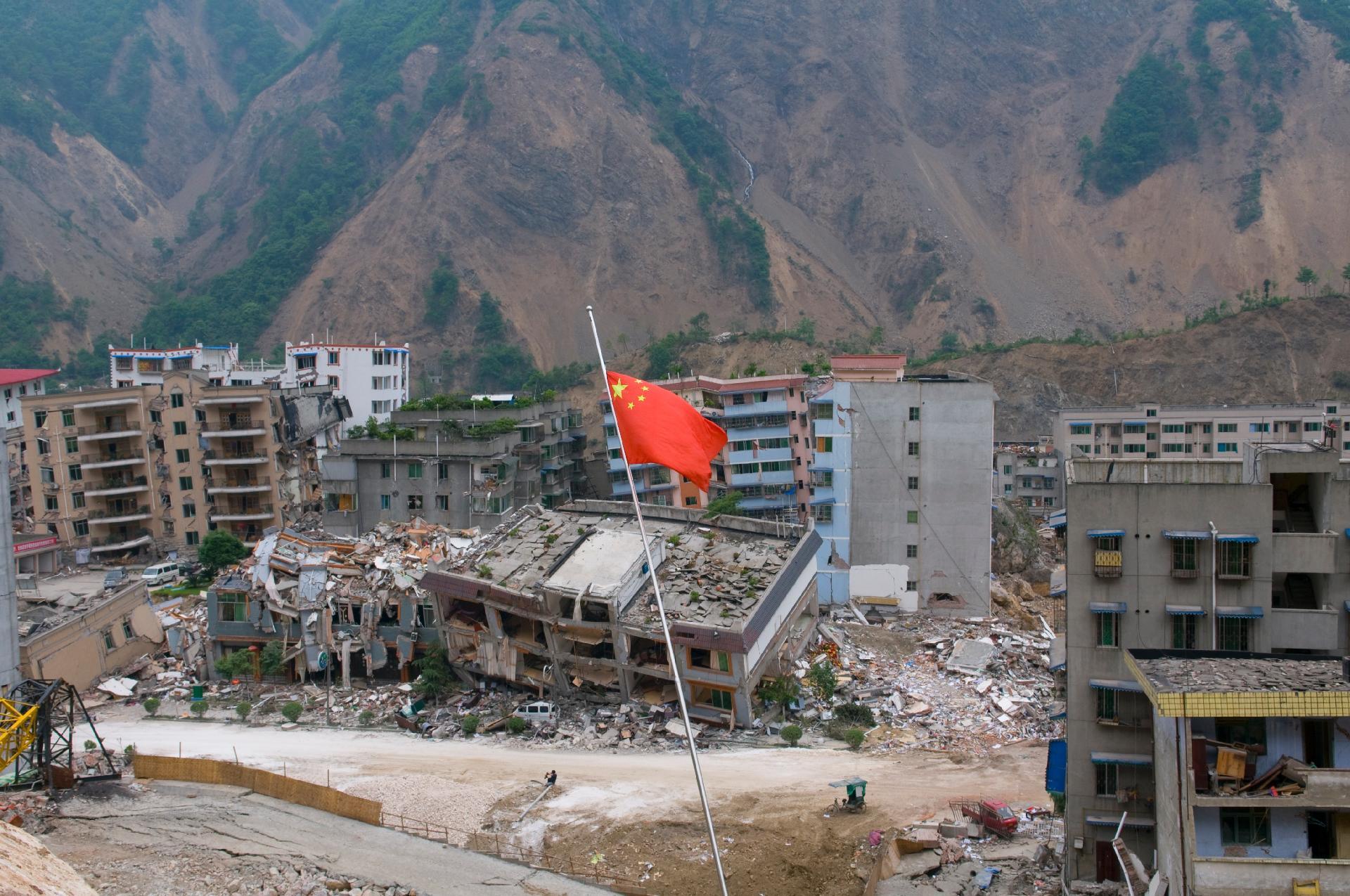 Destroços de construções após terremoto na China.