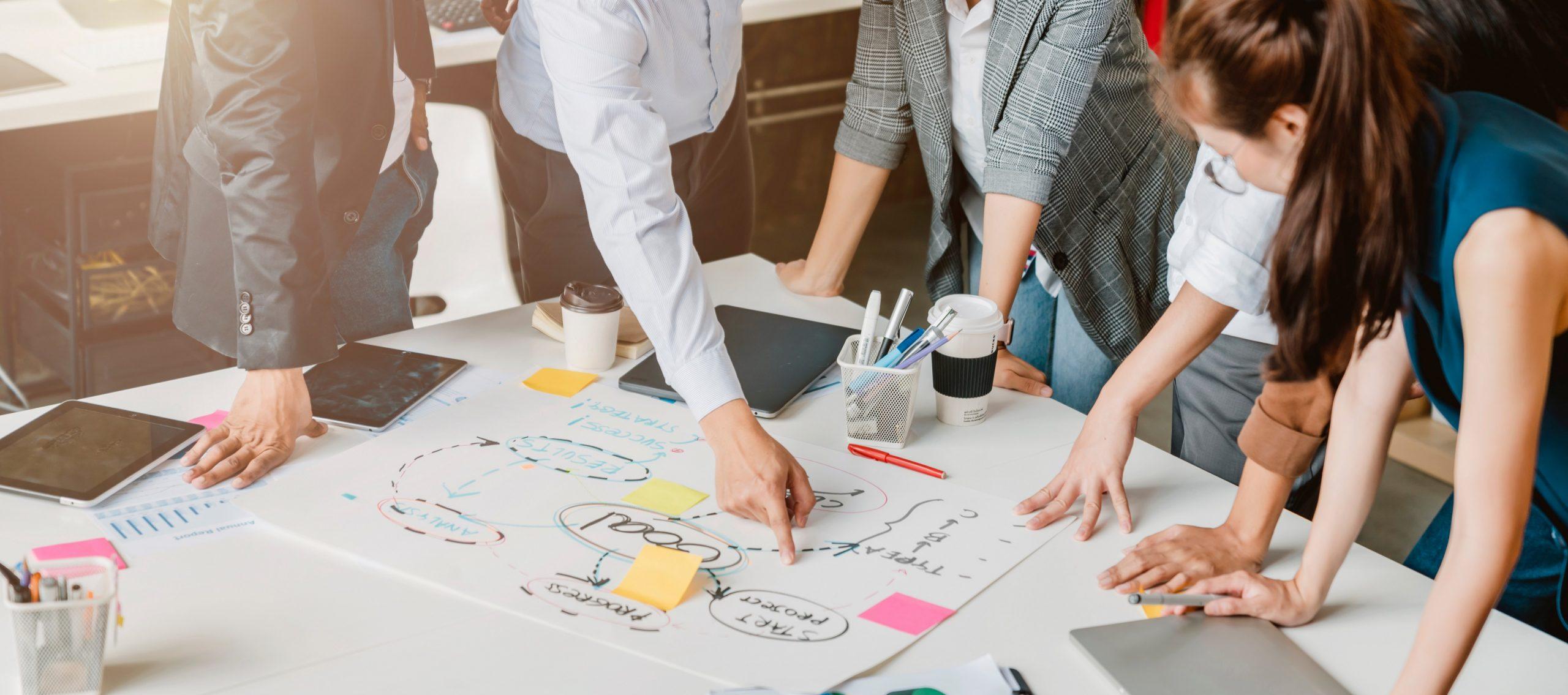 Equipe de profissionais elaborando um projeto.