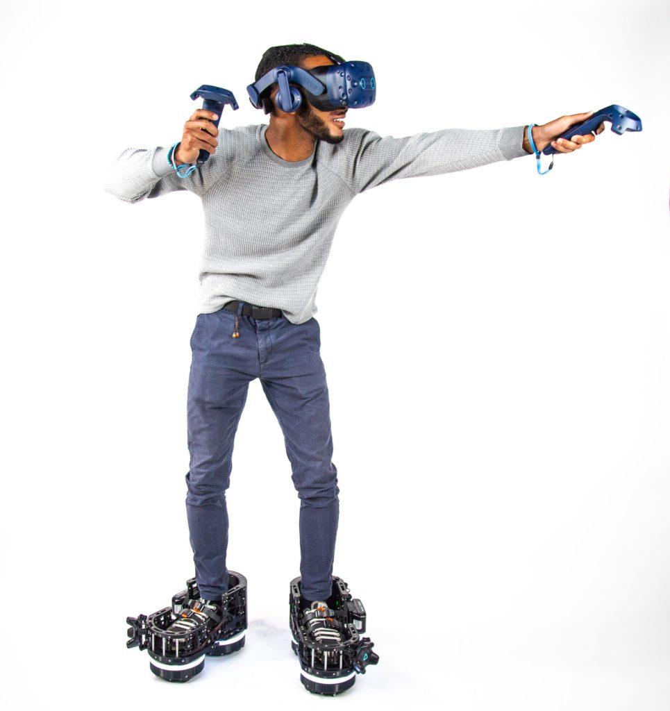 jovem usando ecto one botas robóticas e equipamento VR