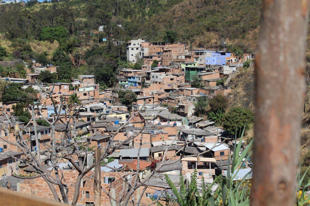 Vila Acaba - Mundo BH/MG, representando o problema de Habitação de Interesse Social