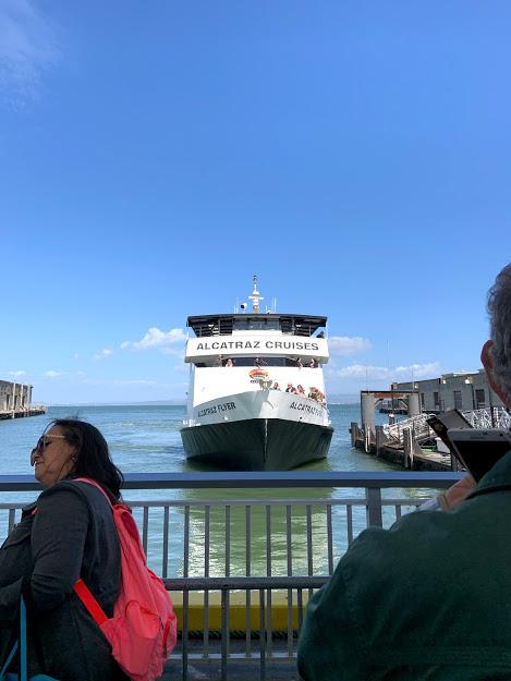 barco levando turistas para Alcatraz