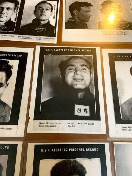 Mural de fotos com alguns prisioneiros notáveis de Alcatraz, dentre eles, Al Capone