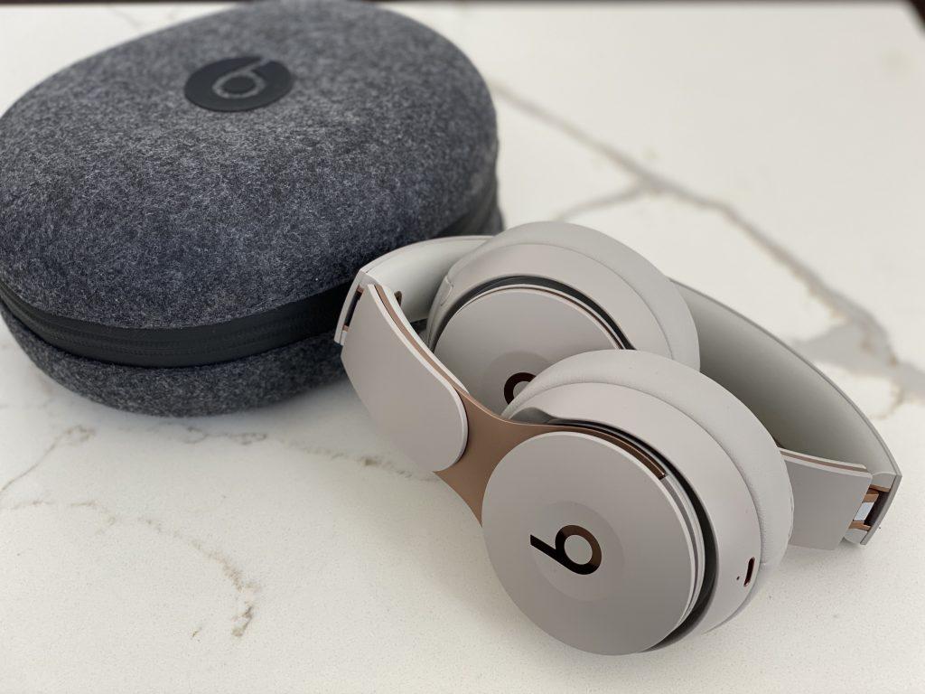 case e Beats fone da Apple dobrado sobre mesa