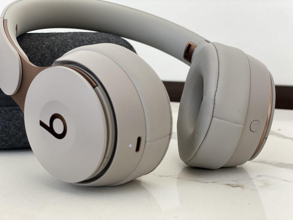 Beats Solo Pro da Apple sobre mesa