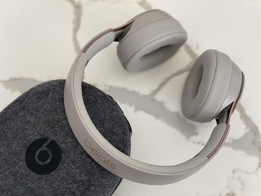 case e Beats Solo Pro da Apple sobre mesa