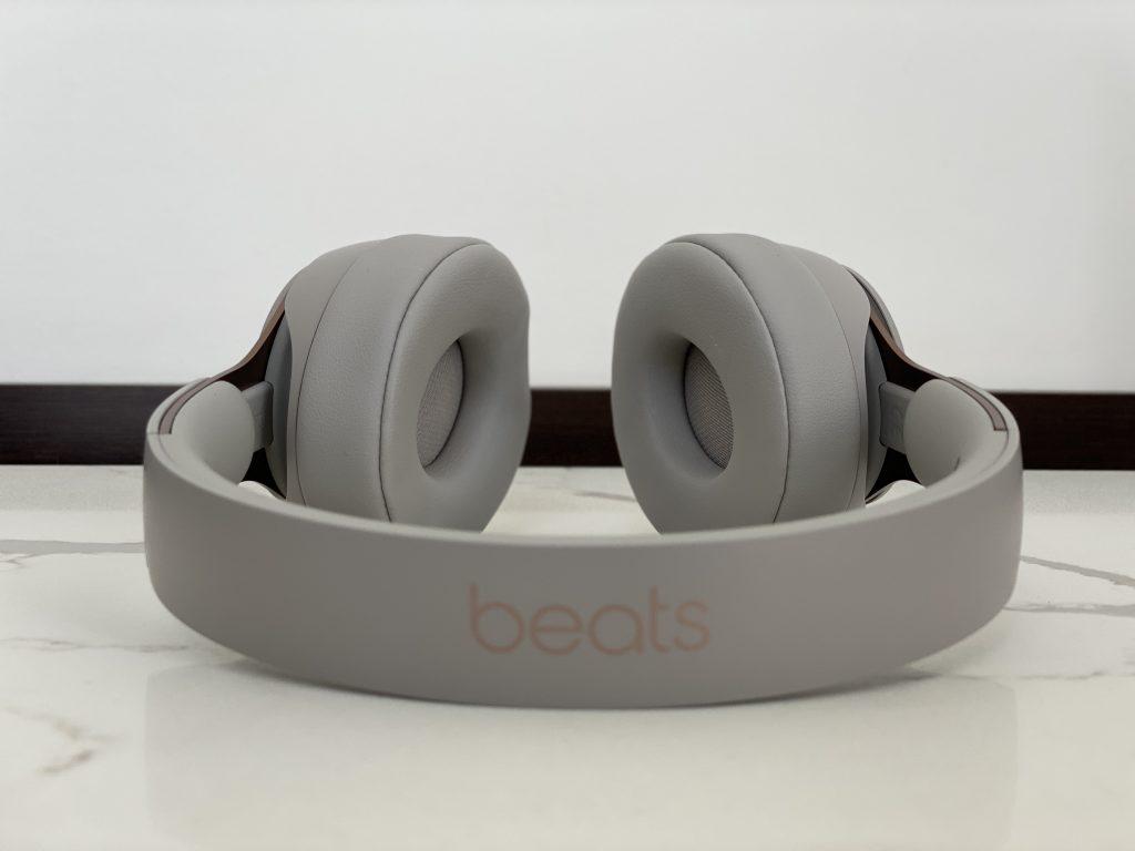 Beats fone de ouvido Apple sobre mesa