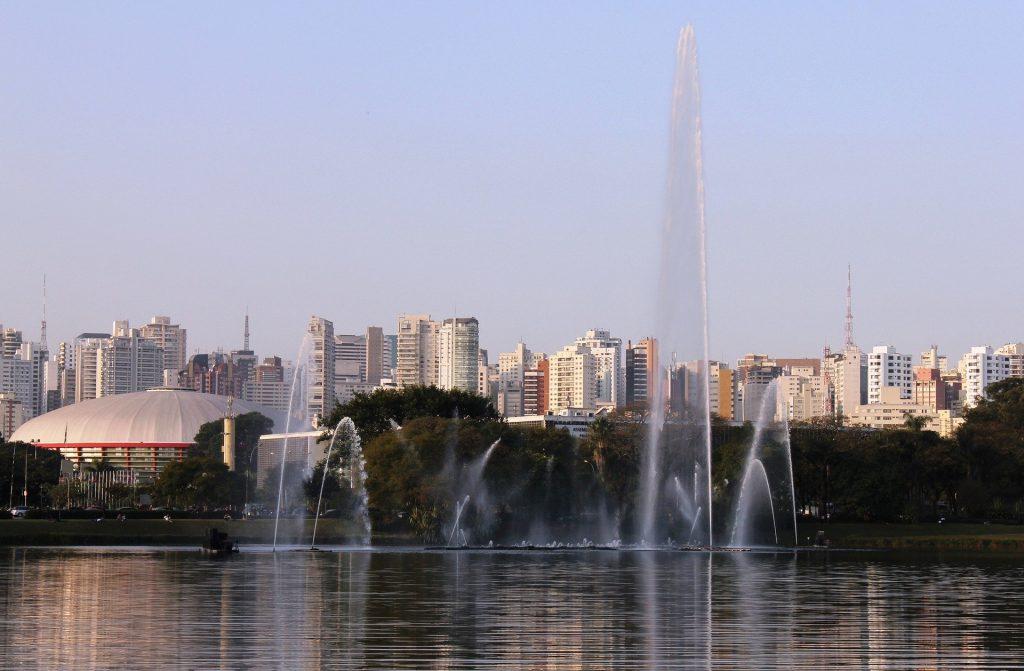 Lago do Ibirapuera com a Fonte ligada e prédios ao fundo