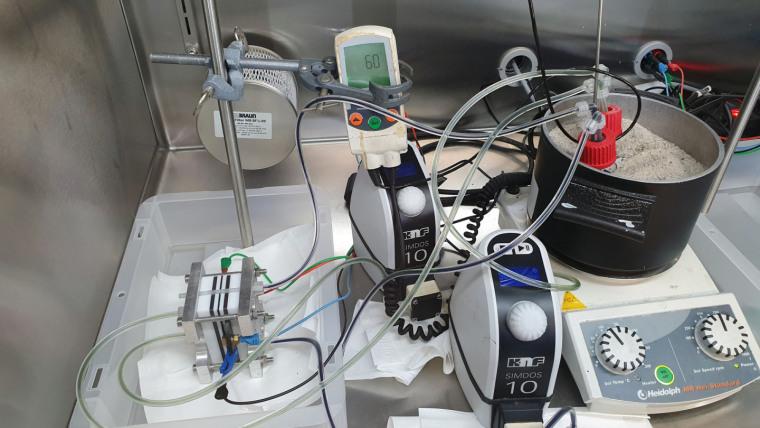 Configuração de teste no CEEC Jena para desenvolver novos materiais ativos para baterias de fluxo redox. Imagem: Philipp Borchers / Uni Jena