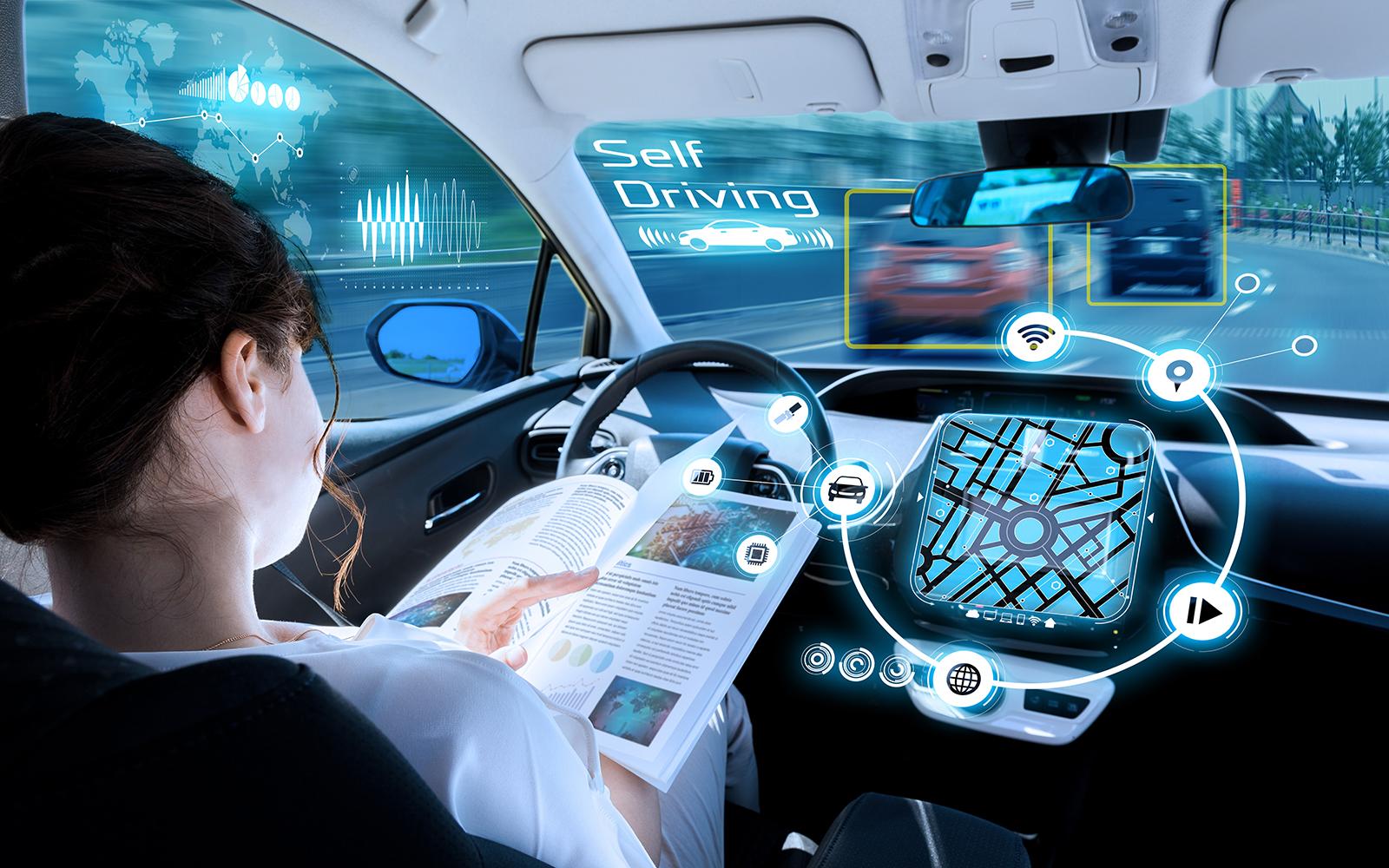 mulher lendo ao dirigir carro autônomo