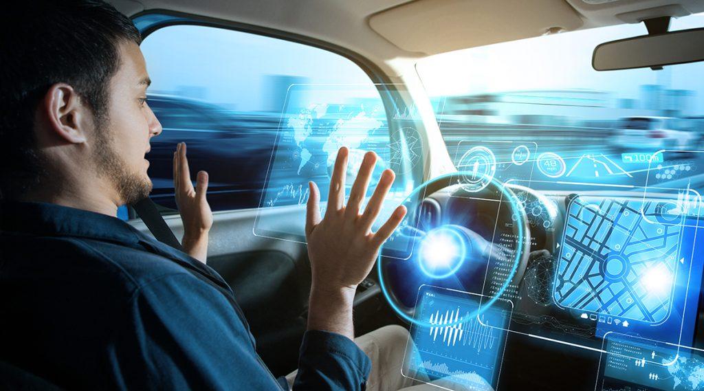 homem dirigindo carro autônomo sem tocar volante