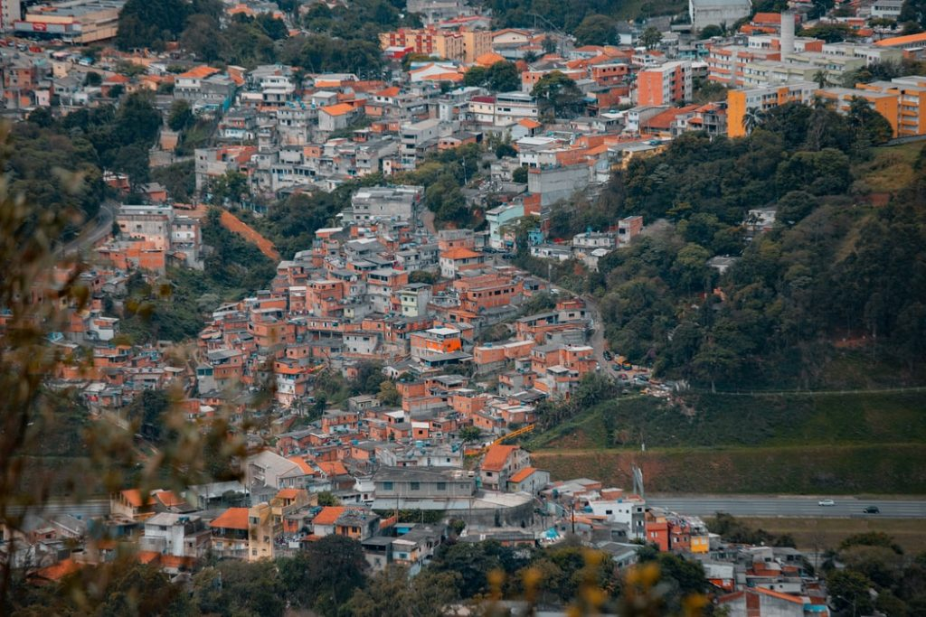 imagem de casas construídas em morro