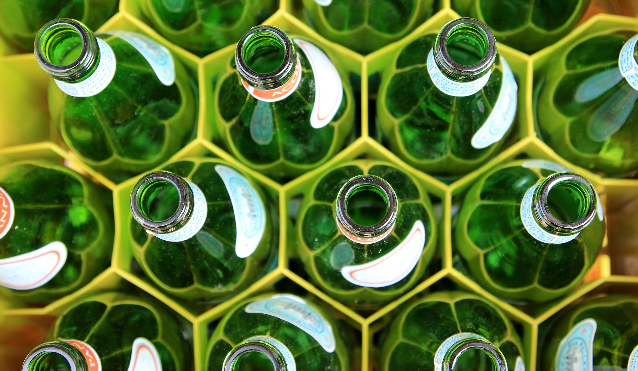 garrafas em engradado