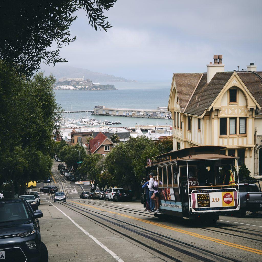 ilha-de-alcatraz-vista-da-cidade-em-meio-a-casas-e-bondes