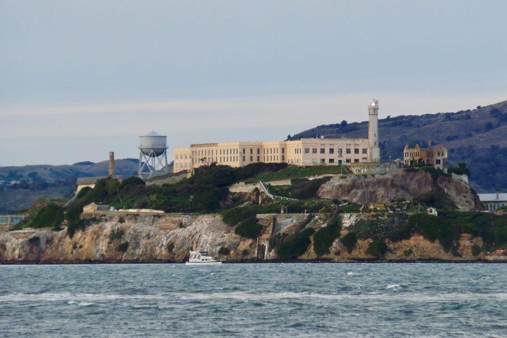 imagem de longe da prisão de alcatraz cercada pelo mar