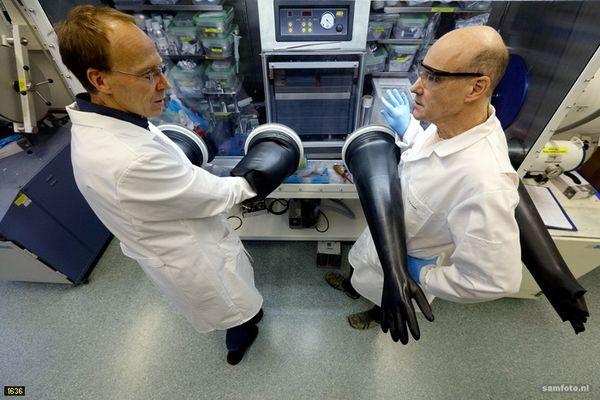 Dr Erik Kelder e Dr Marnix Wagemaker trabalhando na próxima geração de baterias