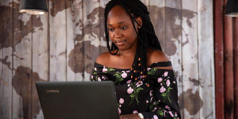 Charlette N'Guessan, ganhadora do prêmio em inovação em engenharia por seu software de reconhecimento facial, usando computador