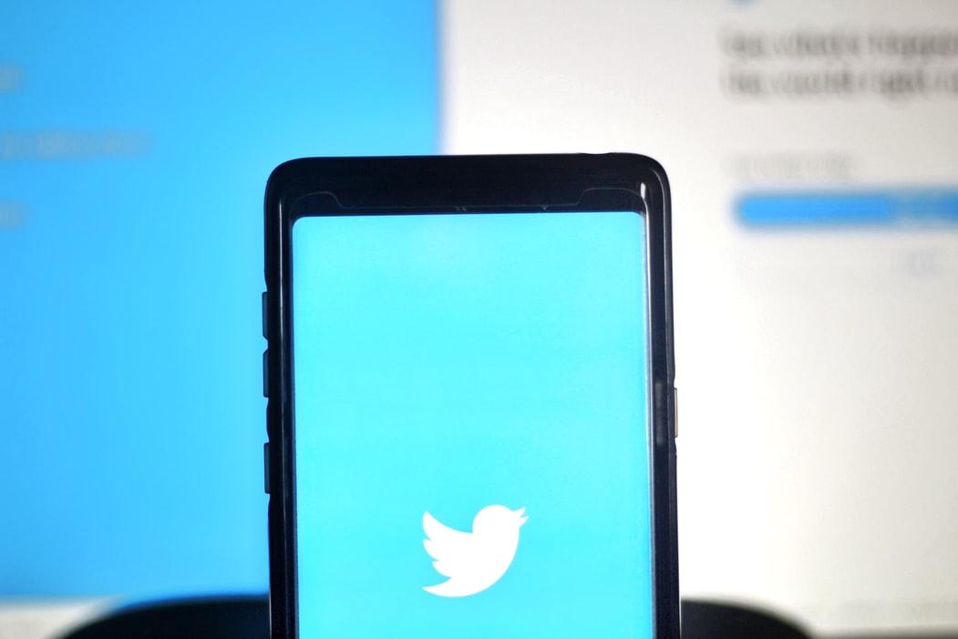 imagem ilustrativa de celular com twitter aplicativo