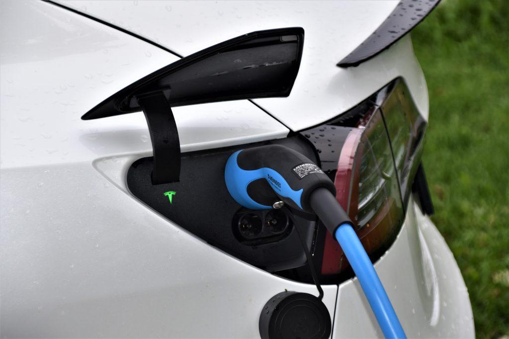 imagem ilustrativa de veículo elétrico carregando