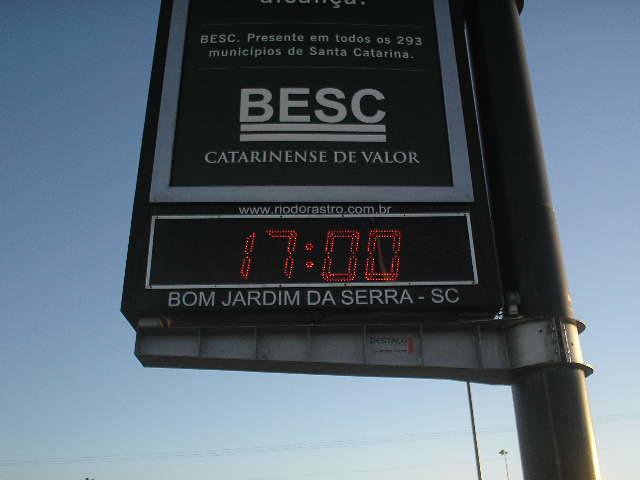 Publicidade em termômetro. Termômetro/Relógio do mirante de Bom Jardim da Serra, Santa Catarina.