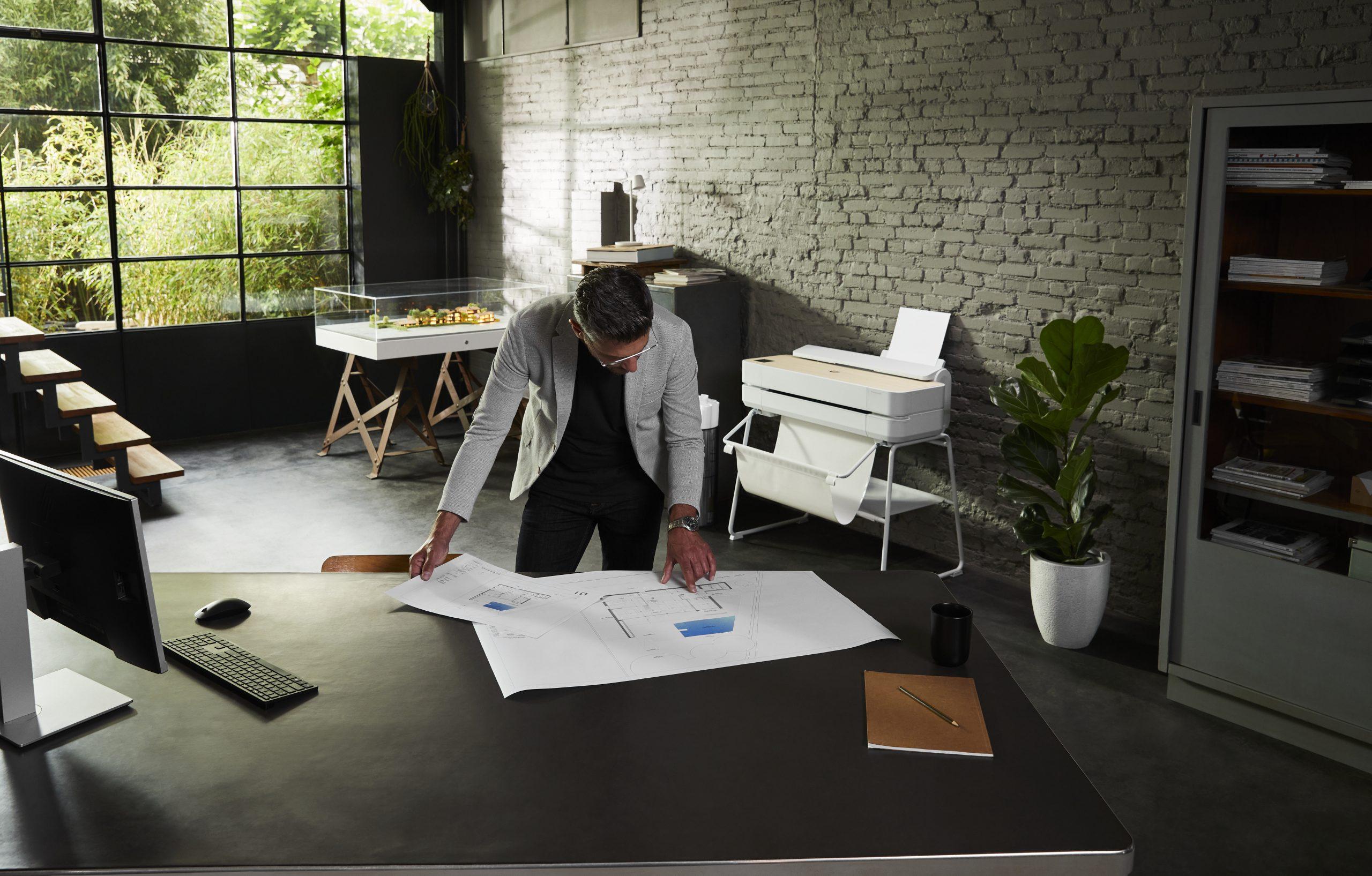 engenheiro trabalhando em mesa de escritório de casa durante a pandemia Imagem da HP
