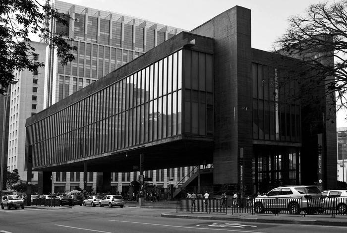 imagem em preto e branco da fachada do MASP