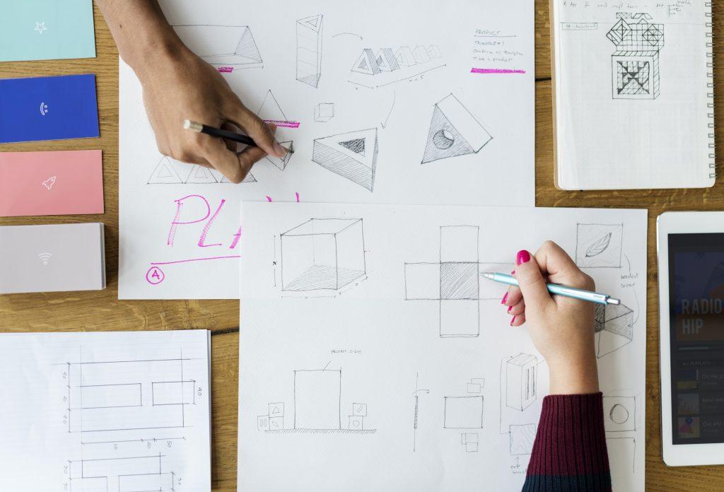 imagem ilustrativa de duas mãos fazendo Projetos para o lar