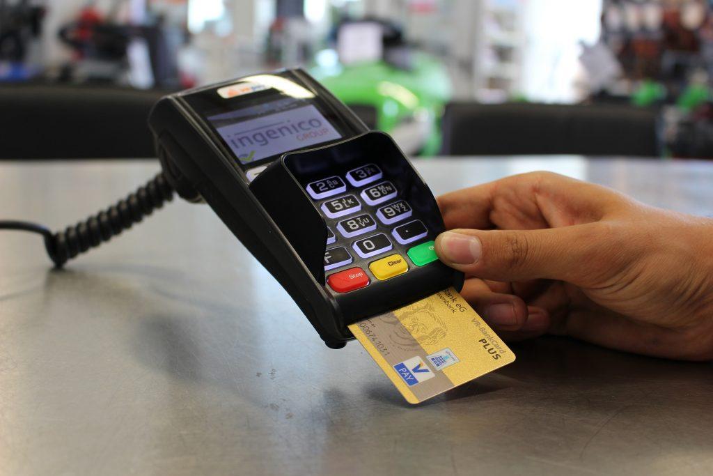 Máquina de cartão crédito com cartão inserido, ilustrando o Poke Yoke de etapas