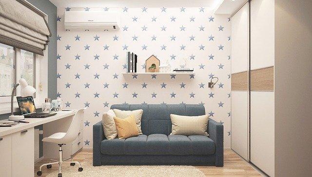 Móveis para casa: sofá azul, parede branca com estrelas azuis, ilustrando design de interiores