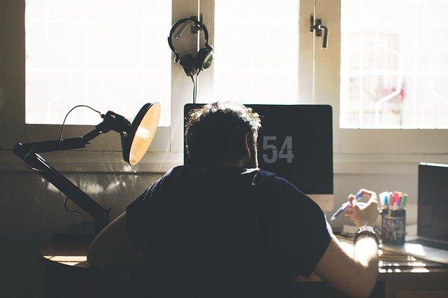 Pessoa trabalhando em regime de Home office
