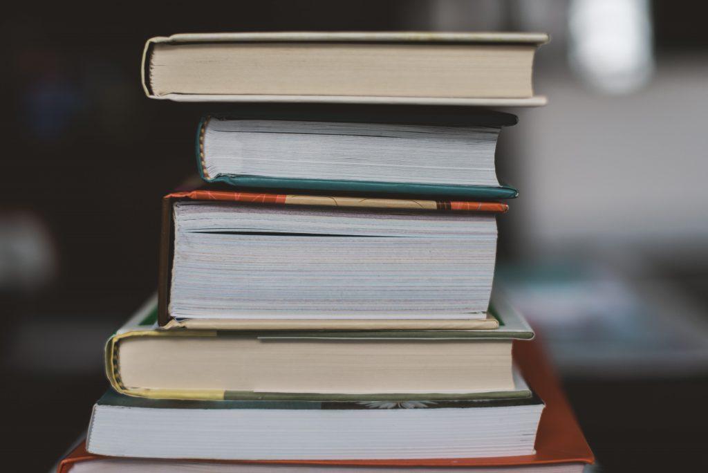 livros empilhados representando estudante de engenharia
