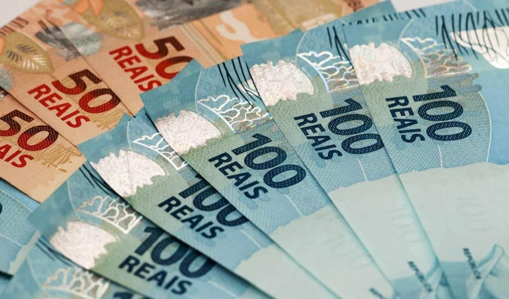 imagem de notas de cem e cinquenta reais, representando inflação