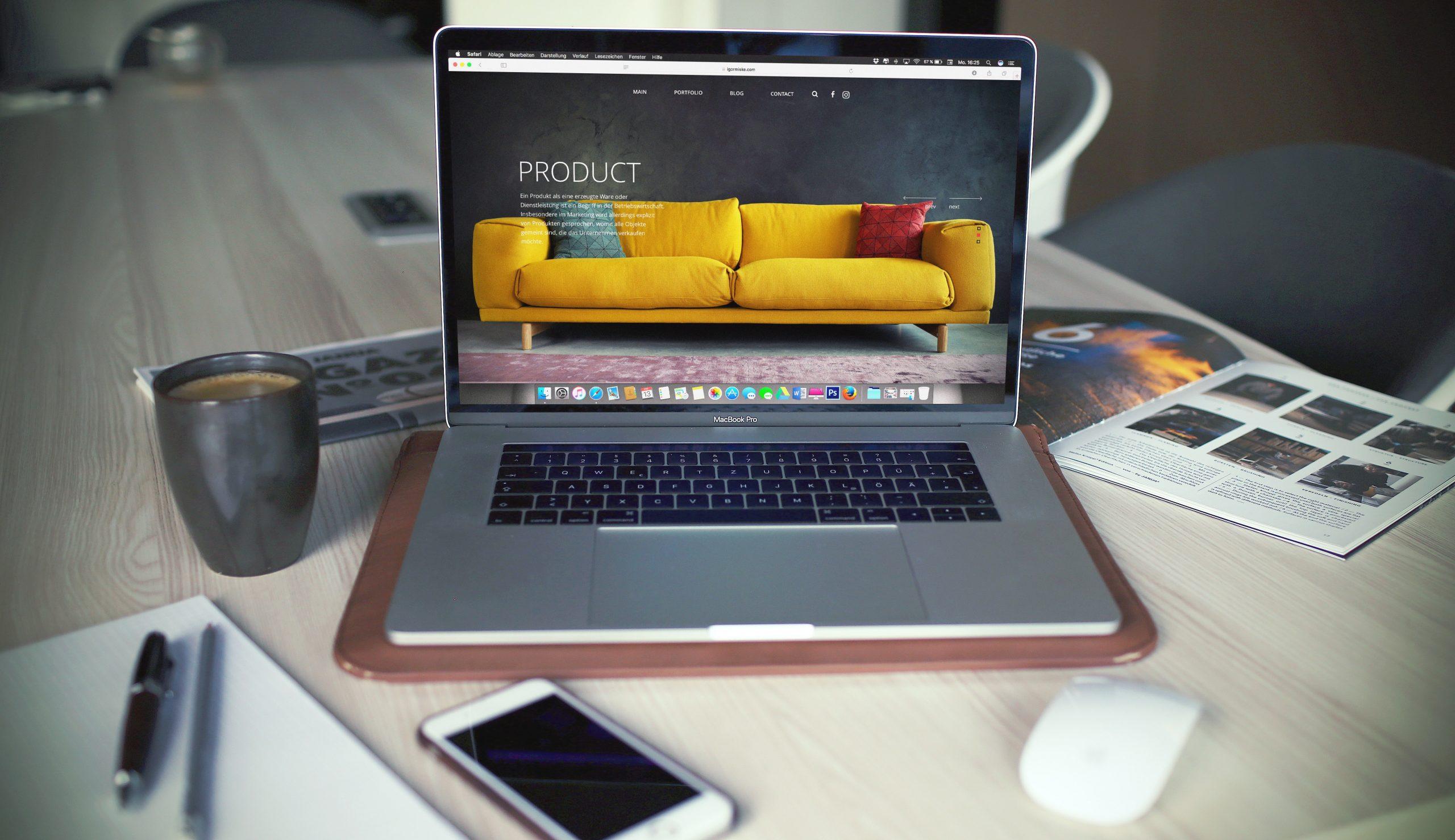 imagem ilustrativa de computador sobre mesa e tecnologia em marketing
