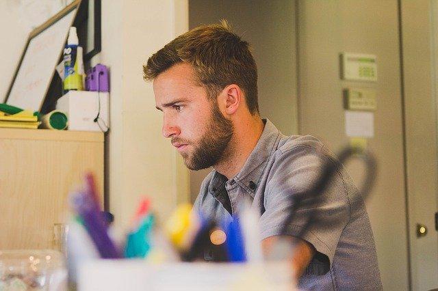 Educação em casa - Pessoa trabalhando em regime de Home office.