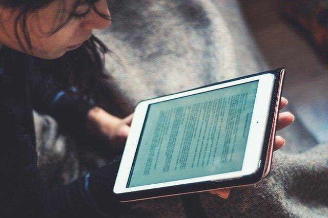 mulher estudando em tablet representando o ensino à distância