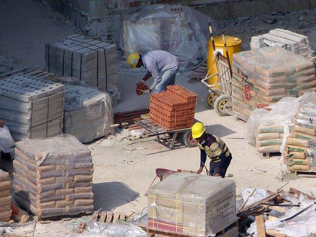 homens trabalhando na construção civil