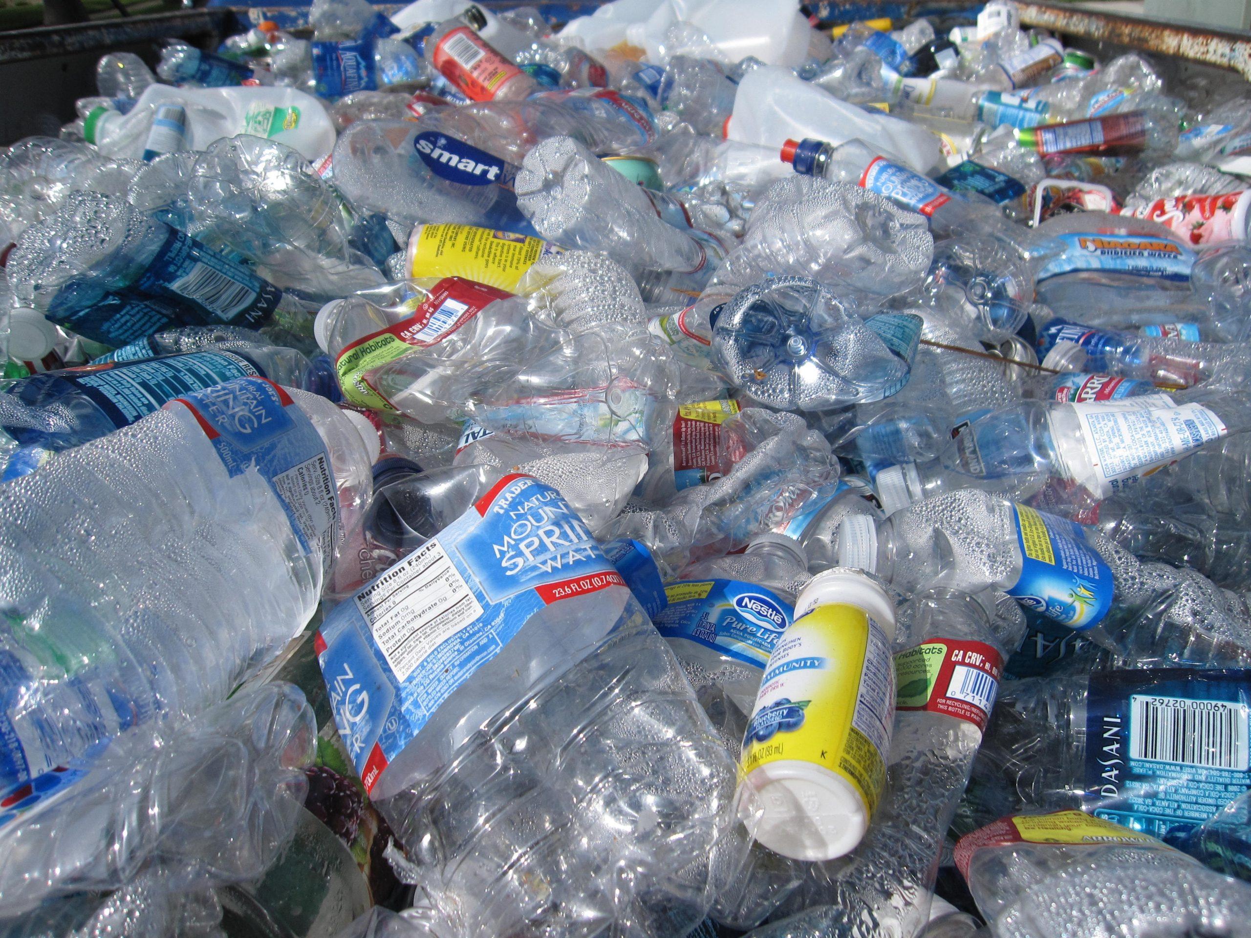 garrafas plásticas amontoadas