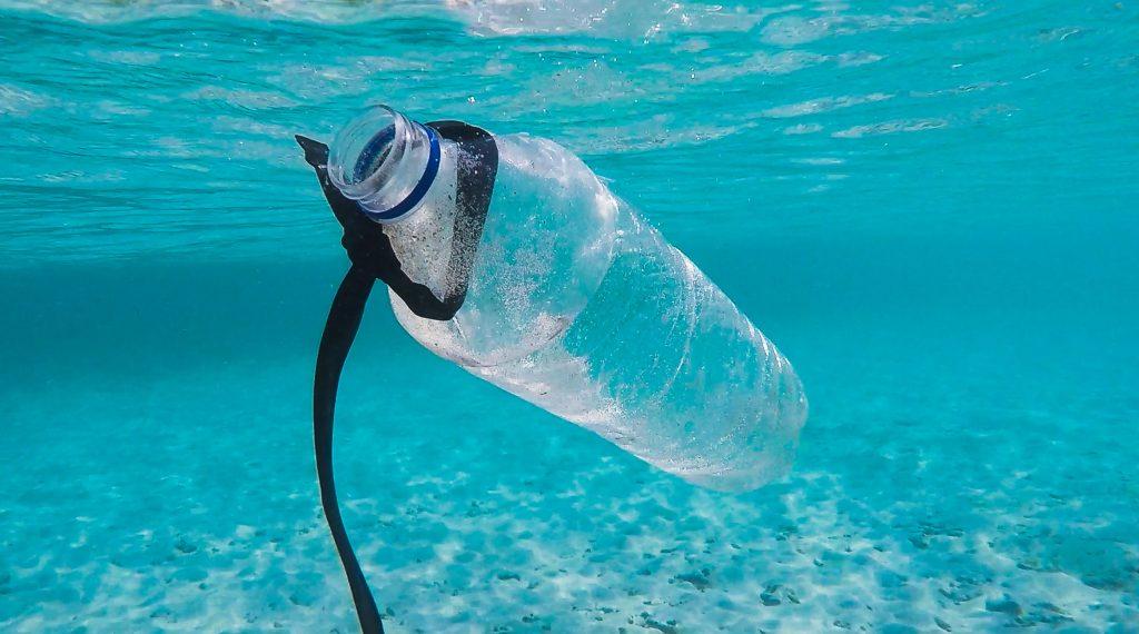 imagem de garrafa de plástico boiando em água