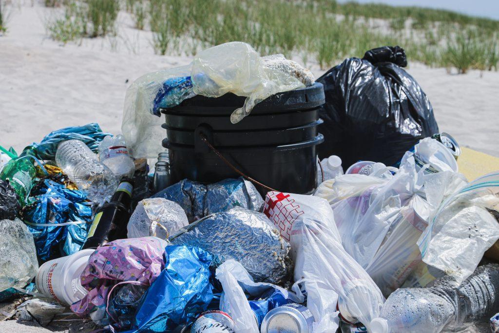 sacos plásticos contendo lixo e resíduos sólidos em beirada de estrada