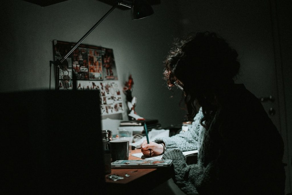 mulher trabalhando em mesa, escrevendo, ilustrando soft skills